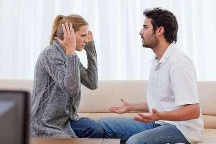 口論をするカップル