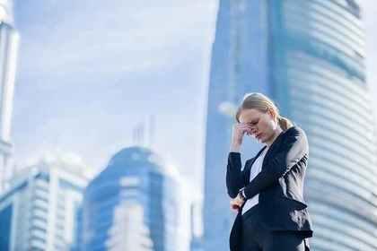 オフィス街に立つ女性