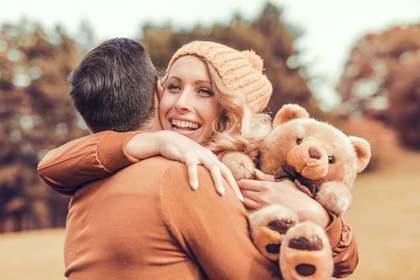 クマのぬいぐるみを持つ女性