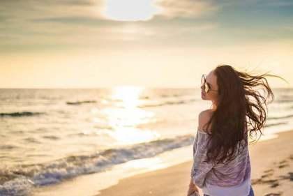 海にたたずむ女性