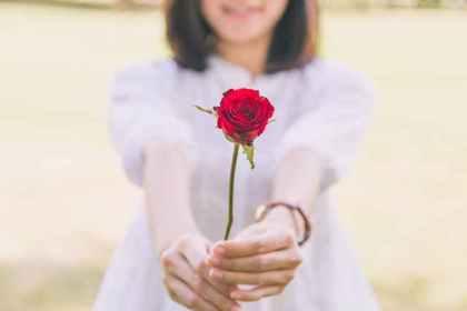 バラを差し出す女性