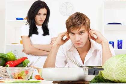 耳を塞ぐ男性と睨む女性