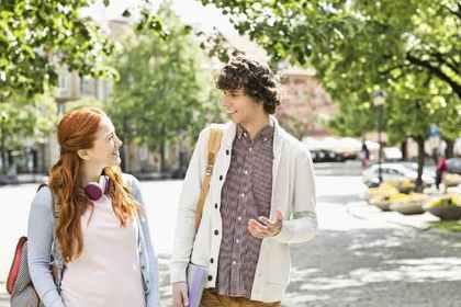 歩きながら話をする二人