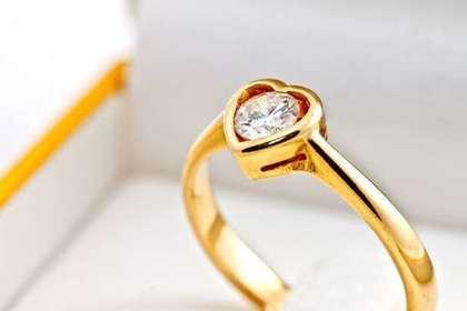 ハートのダイヤが付いている金色の指輪