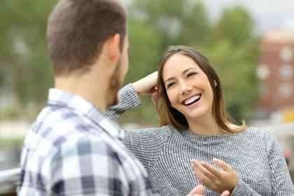 外で会話する男性と女性