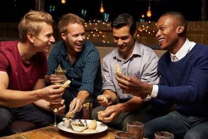 談笑する4人の男性