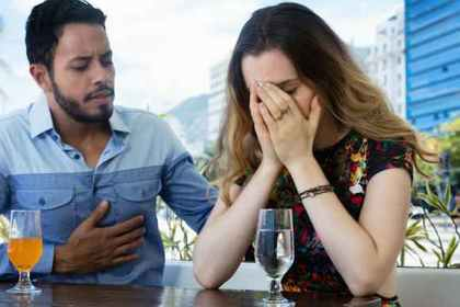 嫉妬で苦しむ女性のイメージ