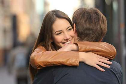 男性を抱きしめる女性