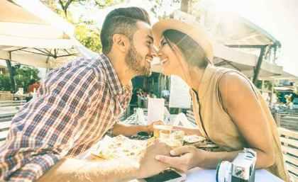 鼻をくっつけるカップル
