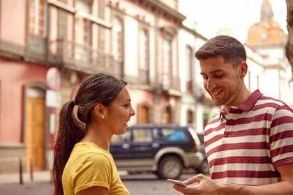 赤いボーダーの男性と黄色いシャツの女性