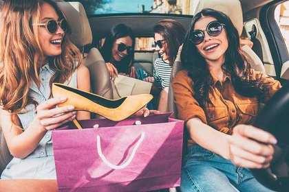 車に乗った女性4人