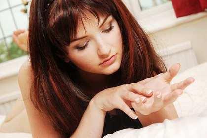 手のひらを見る女性