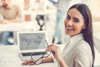 PCと笑顔の女性