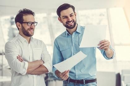書類を見ている男性たち