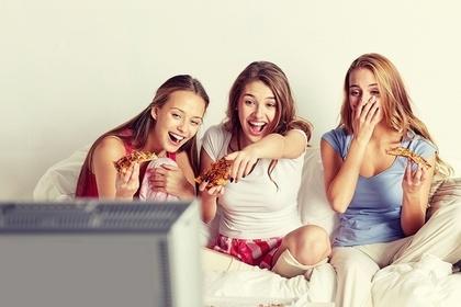 テレビを見る女性三人