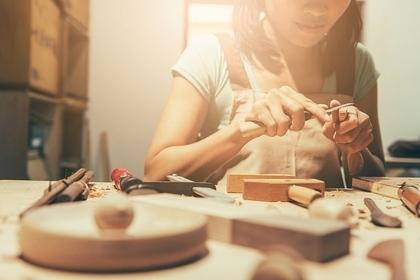 作業する女性
