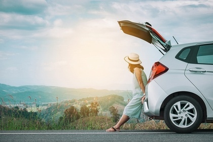 ドライブを楽しむ女性