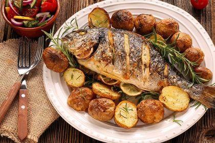 綺麗に盛り付けられた魚料理