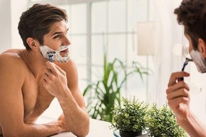 髭をそる男性