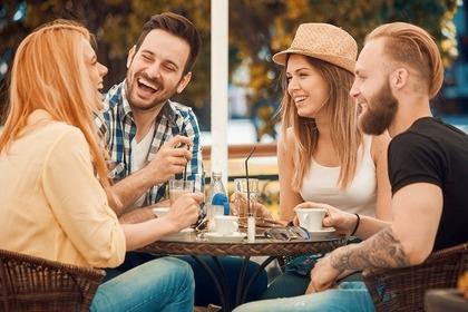 カフェで談笑する4人