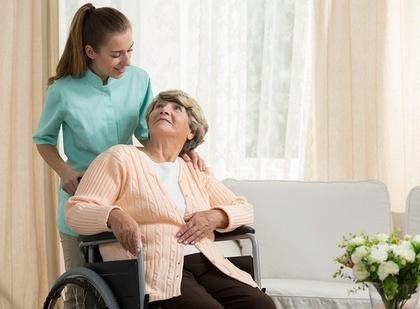 介護する女性