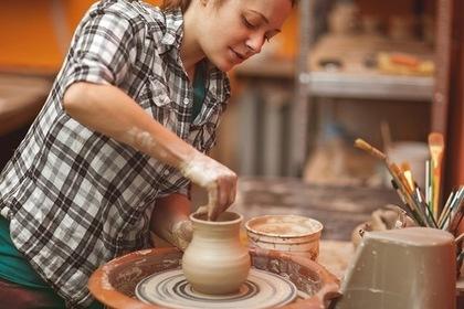 陶芸を作る女性