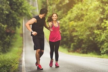 ジョギングを楽しむ男女