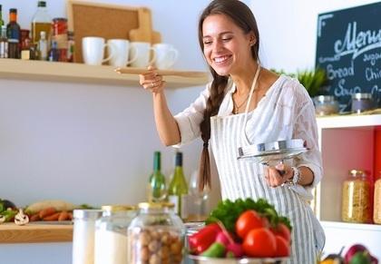 キッチンにいる女性キッチン