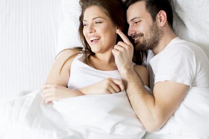 ベッドで彼女に甘える男性