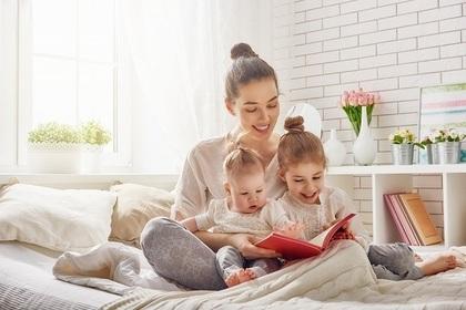 子どもに読み聞かせをする母親