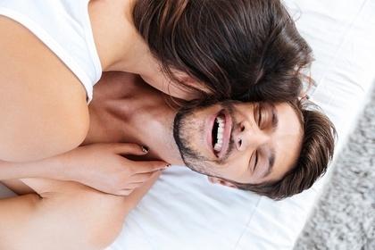 ベッドで寝ている男性