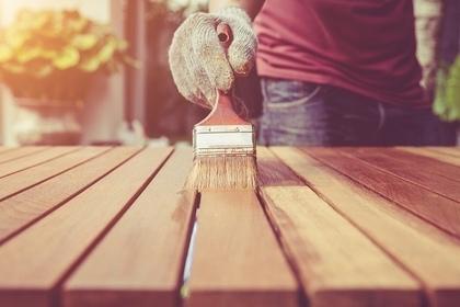 木に塗料を塗る
