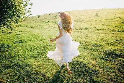 自由に走る女性