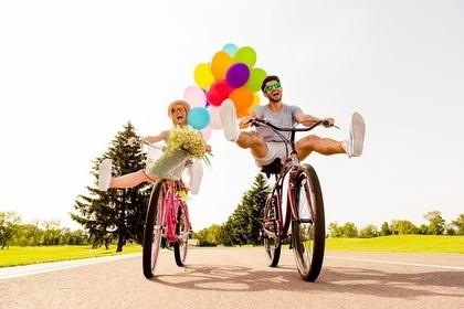 自転車をこぐ男女