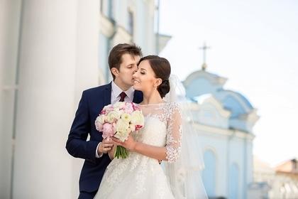 結婚式を挙げている男女