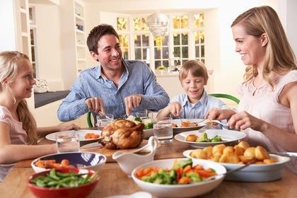 食事を取る家族