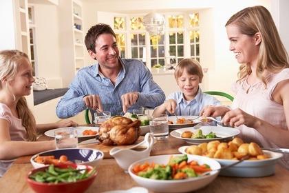 食事する家族