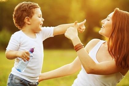 ママと遊ぶ男の子