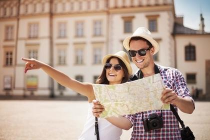 地図を見るカップル