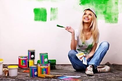 緑のペンキを壁に塗った女性