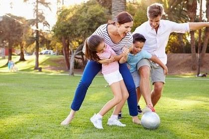家族でサッカーをする