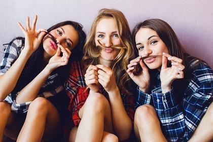 仲が良い3人の女性