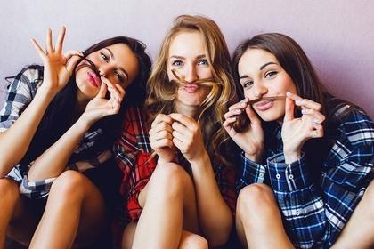 髪の毛で遊んでいる女性たち