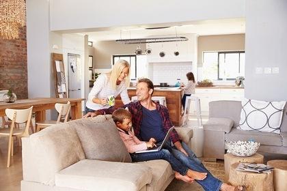 ソファに座る子供と父親