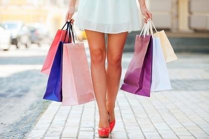 買い物袋を持つ人