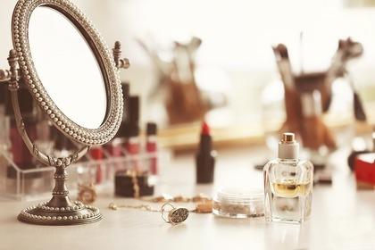 小さな鏡とコスメ