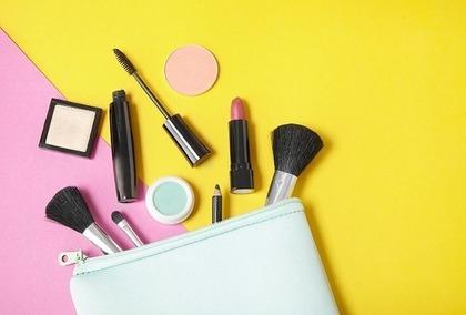 化粧品とポーチ