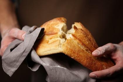 パンを割る人