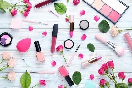 バラの花びらとピンクのコスメ