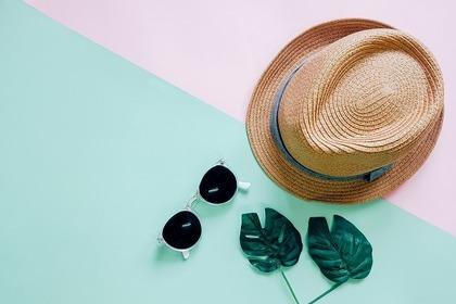 サングラスや帽子
